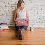kobieta pracująca przy komputerze - marketing afiliacyjny
